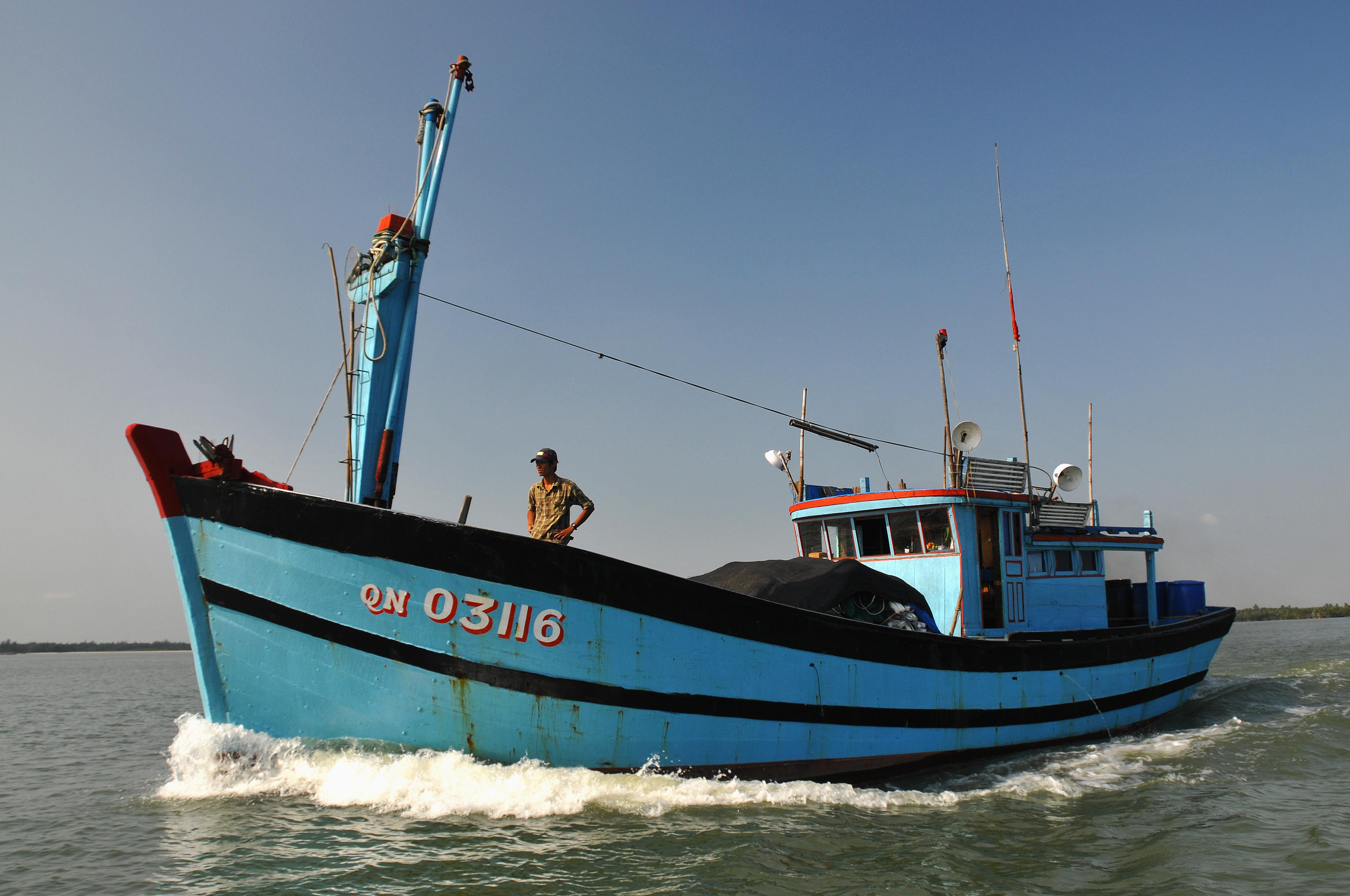 A_fishing_boat_on_the_Thu_Bon_River,_Vietnam